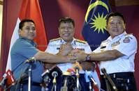 Ahmad Puzi ,Abdul Rasyid (left) and Agung (right) in a show of unity during a press conference in Putrjaya.  Bernama photo